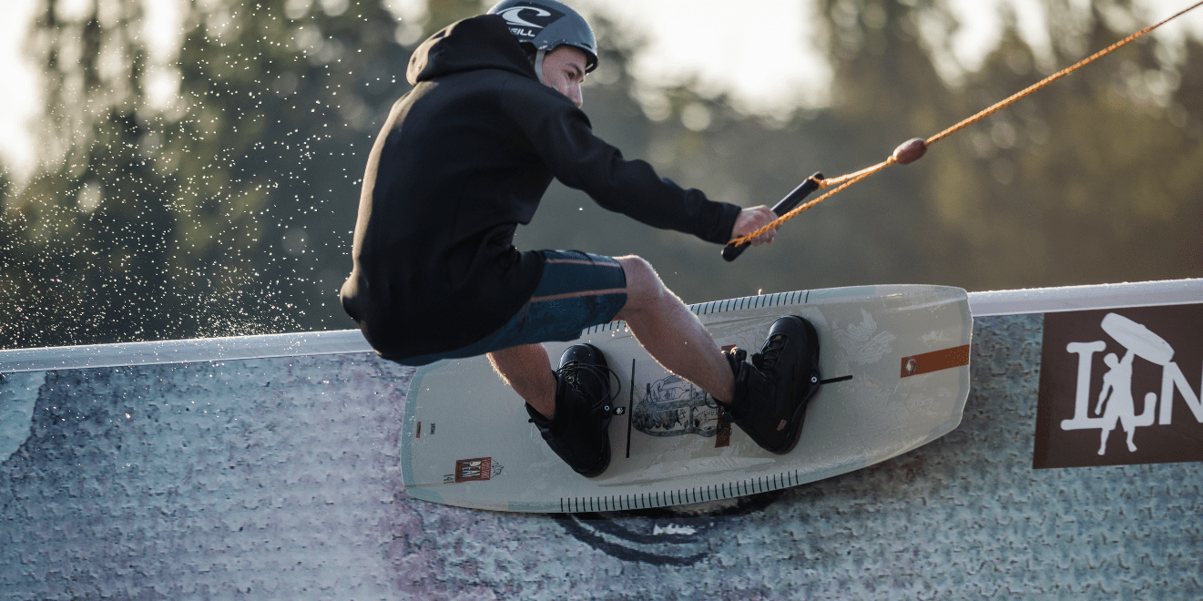 Liquid-force-peak-wakeboard-action-bild